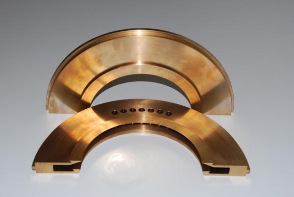 Halbierte Teile aus Bronze mit komplexer Innenkontur