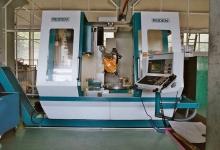 Hochleistungs-5-Achsen-Fräszenter 72 Werkzeuge, 6300 U/min , Rundtisch D800 Automatischer Schwenkkopf Horizontal – Vertikal B – Achse Stufenlos, 3D - Funkmesstaster Verfahrwege: X-Achse 1200 Y-Achse 600 Z-Achse 700